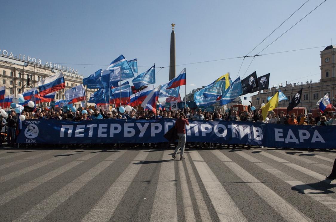 Праздничное шествие в День весны и труда в Петербурге закончилось масштабными задержаниями