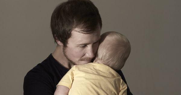 Трансгендер родивший ребенка добивается признания его отцом