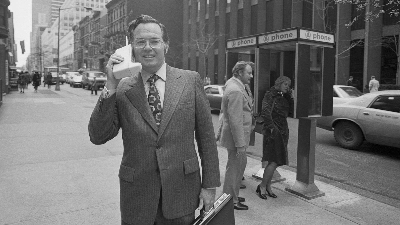 Сотрудник Motorola Мартин Купер (Martin Cooper) 1973 год