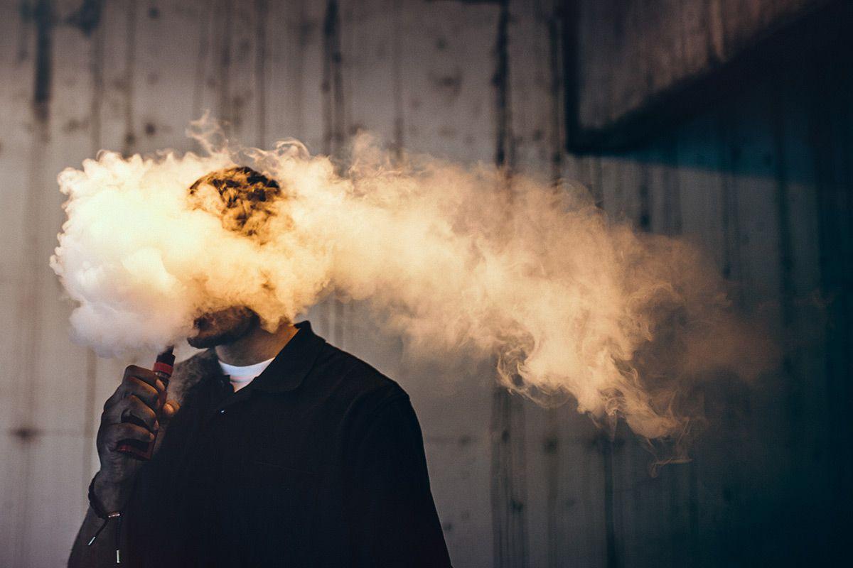 Глава американского производителя электронных сигарет Juul ушел в отставку