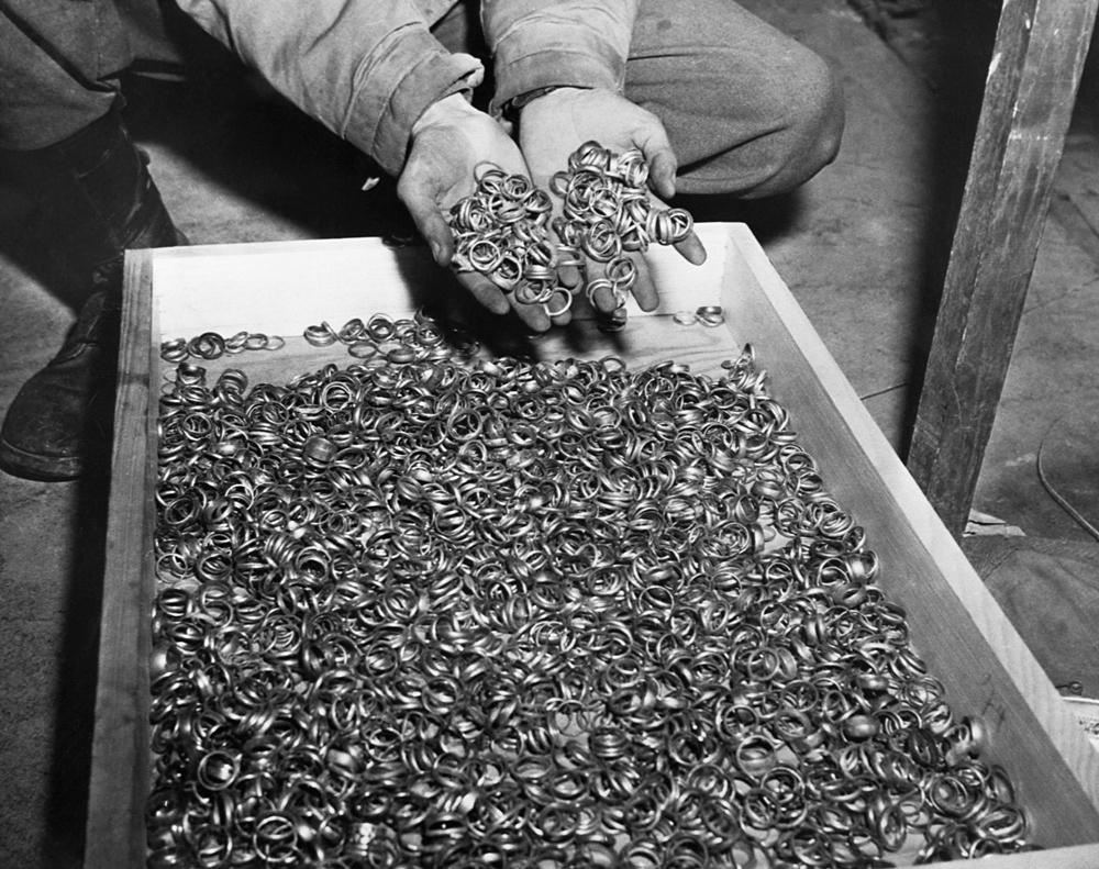 Золотые кольца, снятые нацистами с заключённых в Освенциме.