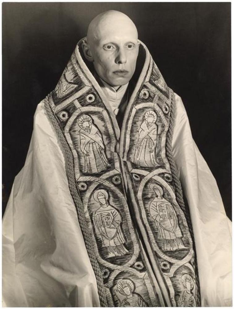 Просто страшный священник.