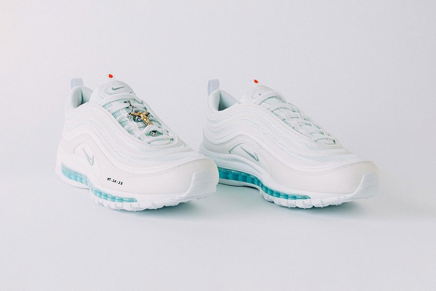 В США выпустили кроссовки со святой водой
