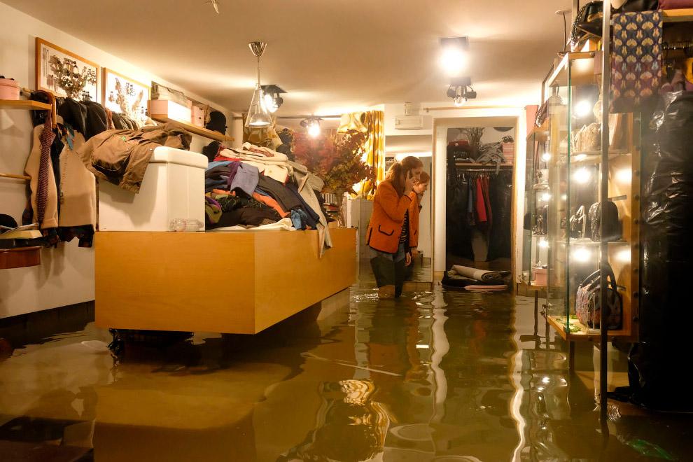 Затопленный магазин, 13 ноября 2019. (Фото Manuel Silvestri)