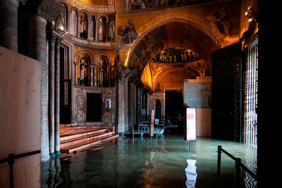 Вода в Соборе Святого Марка, это кафедральный собор Венеции. (Фото Simone Padovani)