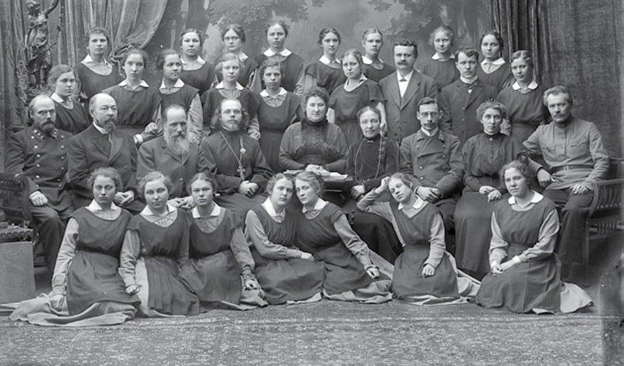 Группа воспитанниц и преподавателей духовного училища. Нижний Новгород, 1916 г.