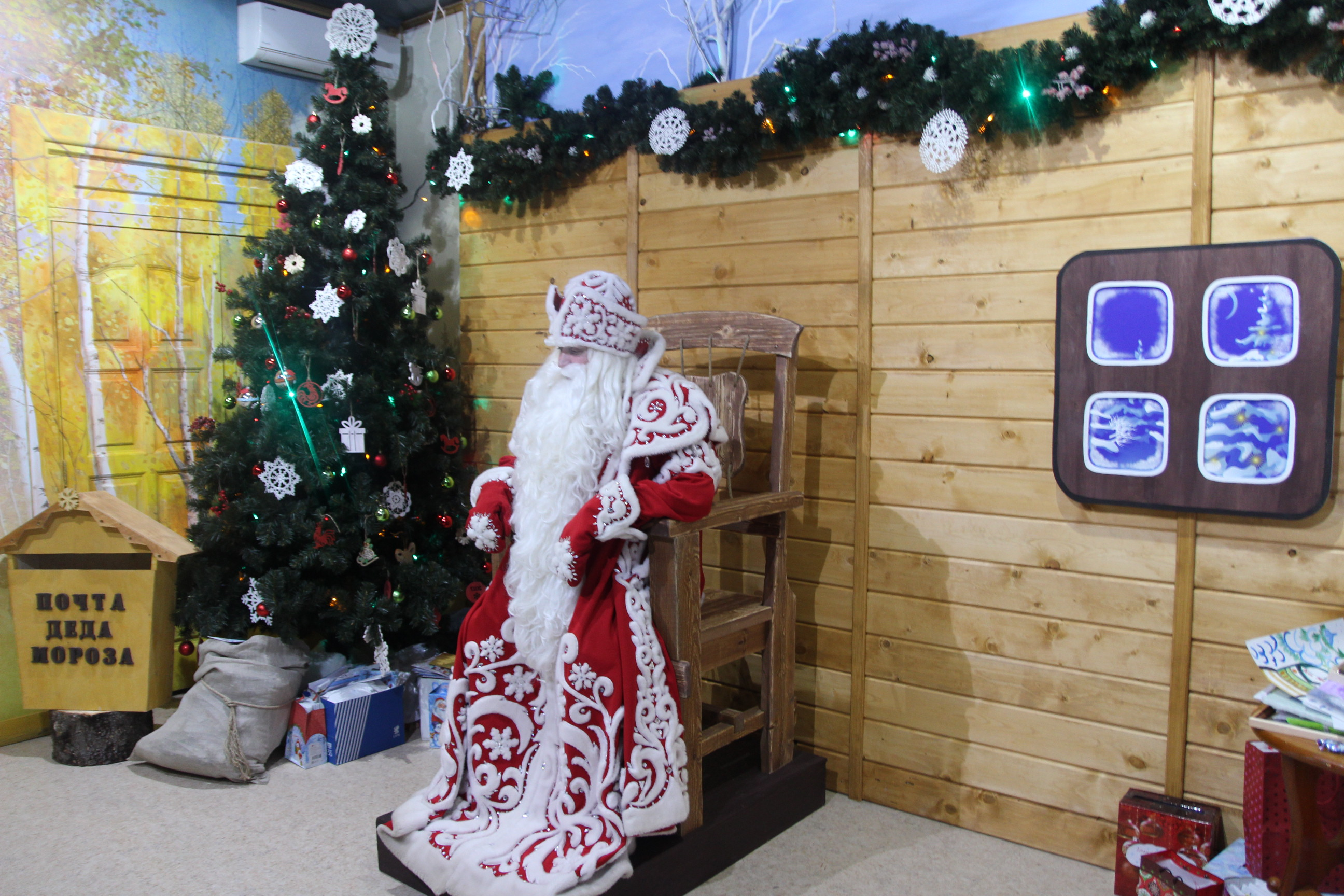 Дом Деда Мороза выполнен из дерева