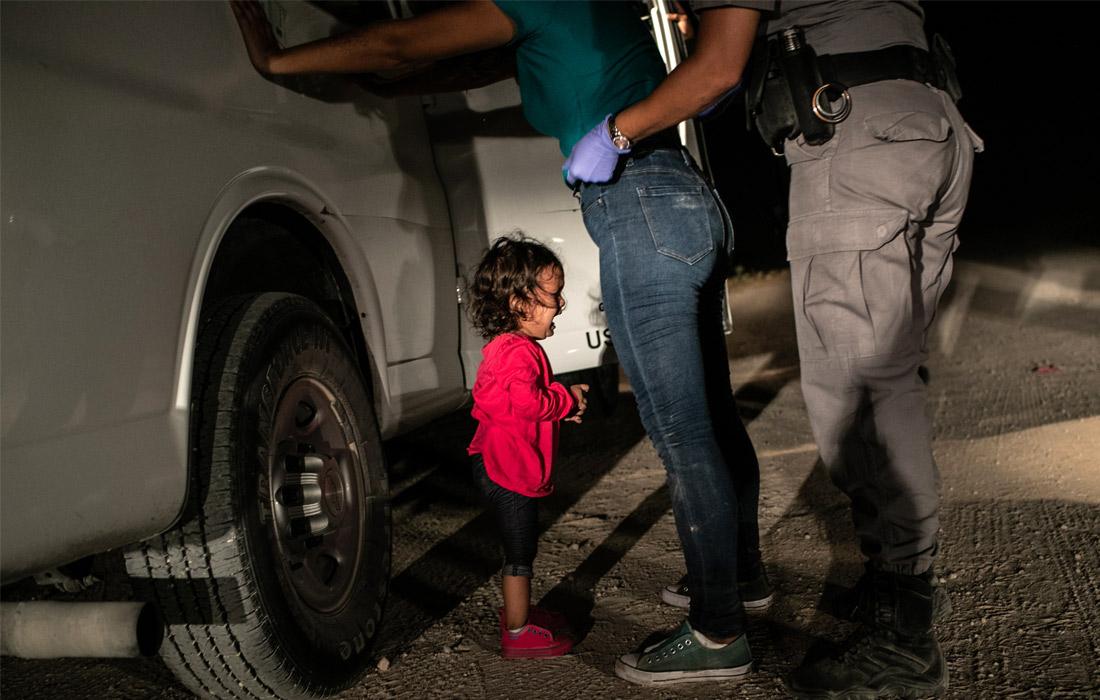 "Фотография года по версии жюри конкурса World Press Photo 2019. Джон Мур, ""Плачущая девочка на границе"""