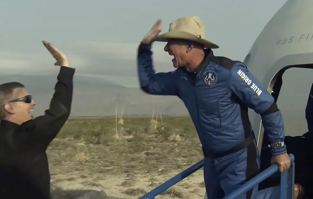 Основатель Amazon Джефф Безос и его команда вернулись на Землю